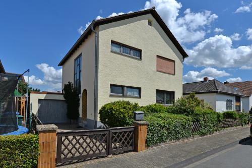 Freistehendes Einfamilienhaus mit Garten und Garage in sehr guter Wohnlage